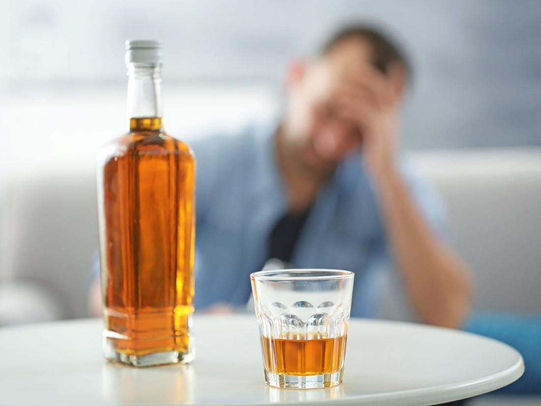 Мнение специалиста: во время эпидемии COVID-19 жители РФ стали часто употреблять крепкий алкоголь
